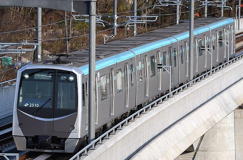https://upload.wikimedia.org/wikipedia/commons/thumb/a/ac/Sendai_subway_2000_series.JPG/800px-Sendai_subway_2000_series.JPG