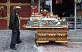 Shigatse-24-Mann mit Potala-Modell-2014-gje.jpg