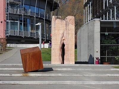 Skulptur tuebingen vulva.jpg