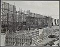 Sluisbouw in het Amsterdam-Rijnkanaal bij Tiel. Hard wordt er gewerkt aan sluism, Bestanddeelnr 123-1099.jpg