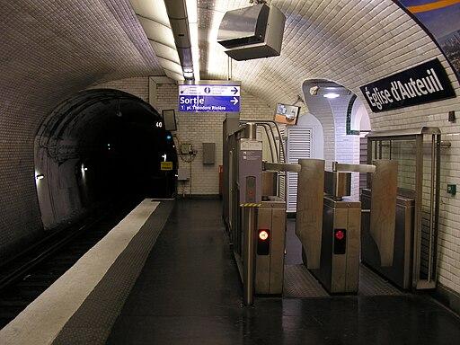 Sortie du métro Église d'Auteuil