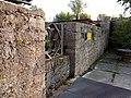 Stadtbrunnenweg Reste der Ortsmauer mit Gedenkstein an Hochwasser 1704 - 4.jpg