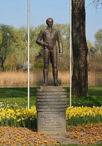 Statue Simon Bolivar Donaupark Wien DSC 8333w.jpg