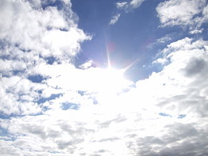 English: sun behind clouds. Français : Le sole...