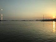 忠海駅東側の呉線列車内より望む瀬戸内海の夕日
