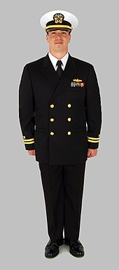 Till vänster: Officer i Service Dress Blue. Till höger: Officer i Service Dress White.