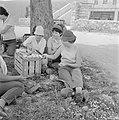 Uitstapje van jeugd uit een kibboets Een groepje jongeren in de schaduw van een, Bestanddeelnr 255-4492.jpg