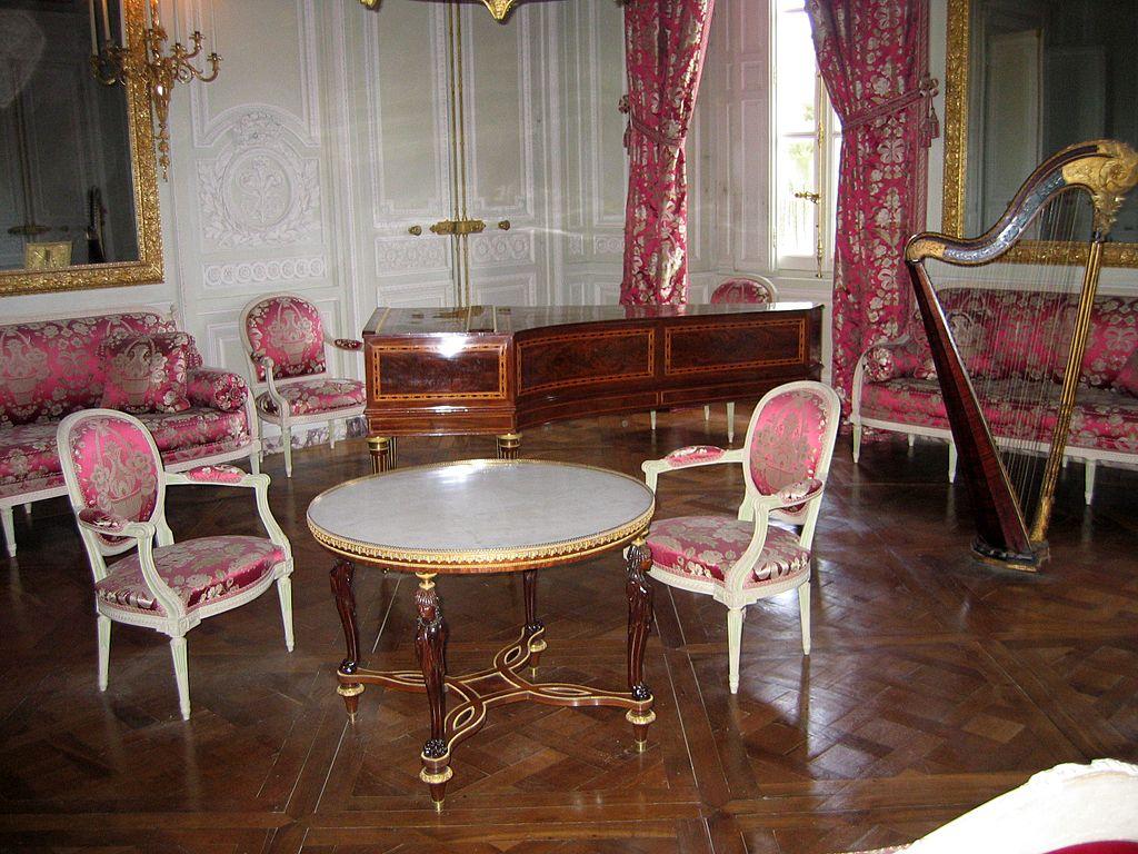 File un salon dans le petit trianon jpg wikimedia commons - Le petit salon angers ...