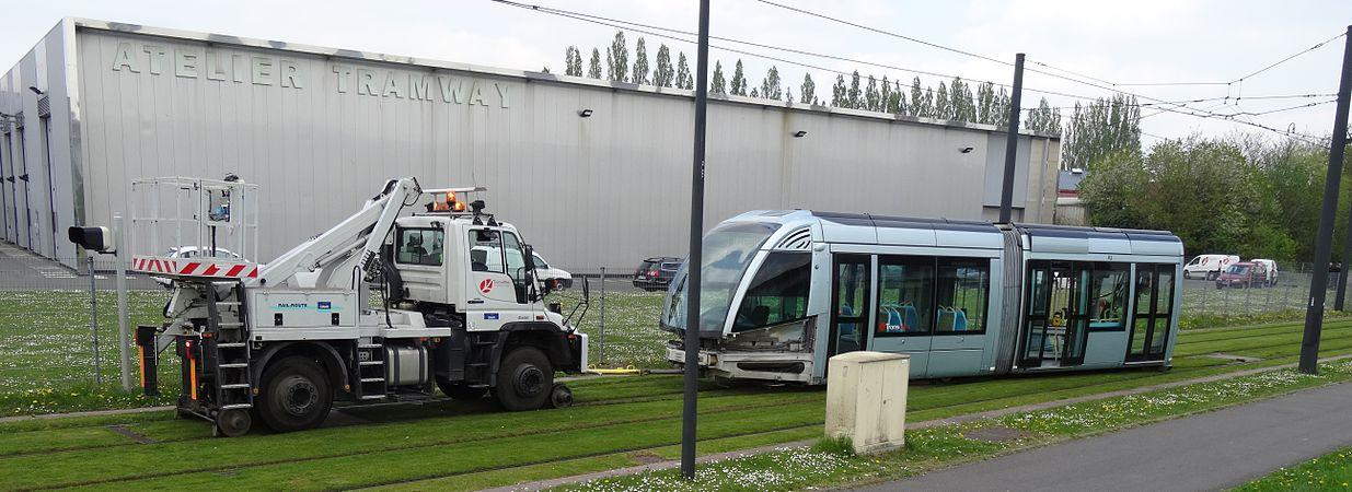 Valenciennes & Anzin - Déraillement de la rame de tramway n° 17 à la sortie du dépôt de Saint-Waast le 11 avril 2014 (093).JPG