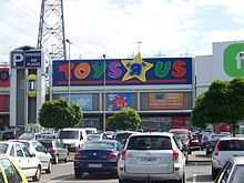 Vue du magasin Toys'r'Us du centre commercial Villebon 2 depuis le parking.