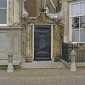 Voorgevel, poort met beeldhouwwerk en stoeppalen - Enkhuizen - 20336767 - RCE.jpg
