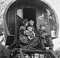 Vrouw met kinderen op de bok van een huifkar, Bestanddeelnr 191-0812.jpg