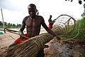Wagania, Kisangani, RD Congo - Un pêcheur préparant tranquillement une nasse. (16334852526).jpg