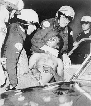La polizia arresta un manifestante.