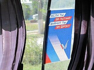 Werbung für die Gesamtrussische Volksfront in einem Bus: