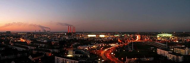 המפעל של וולקסווגן בוולפסבורג כיום - ארבע הארובות המוארות [ויקיפדיה] - הפודקאסט עושים היסטוריה