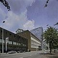 Zicht op de voorgevel van de bank met straatbeeld - Rotterdam - 20400038 - RCE.jpg