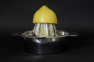Zitrone auf Zitronenpresse