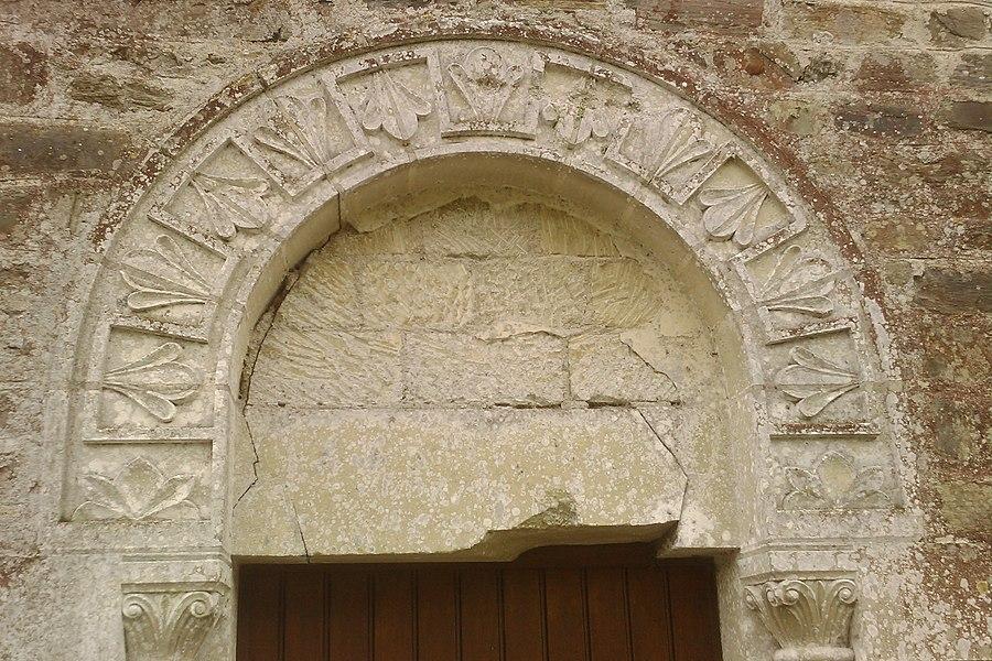 Détail au dessus d'une porte latérale de l'église Saint-Pierre de fr:Saint-Pierre-de-Semilly