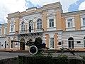 Памятник воинам-освободителям на фоне гарнизонного дома офицеров.jpg