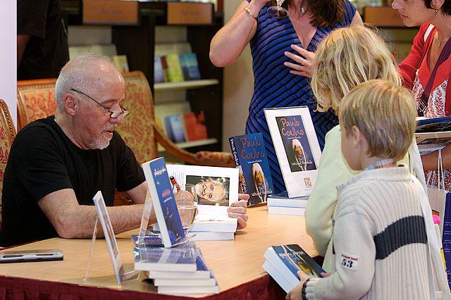 Пауло Коэльо на презентации подписывает свои книги, 2007 год.