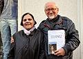 2014-05-03 Artemis und ihr Ehemann Helmut Konietzny, der sich mit einer Unterschriftenliste für die Verfilmung der Biographie von Gottfried Wilhelm Leibniz einsetzt.jpg