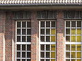 2016-03-12-Dekoration-an-den-Fensterelementen-zum-Gleis.JPG