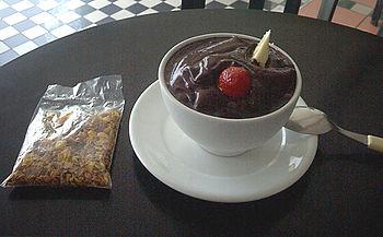 Uma tigela de a�a�, consumida fora da regi�o Norte do Brasil, repare na mistura de frutas, incomum no seu local de origem