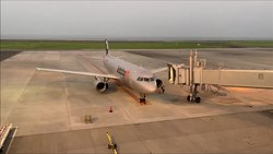 ファイル:Aircraft Passenger Boarding Bridges in japan.webm