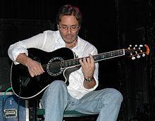 Al Di Meola tenas Ovation-gitaron