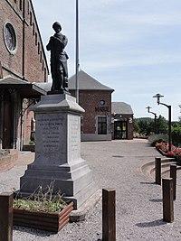 Amfroipret (Nord, Fr) monument aux morts devant la mairie.JPG