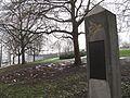 Arnhem, gedenkzuil aan de Eusebiusbuitensingel, met de John Frostbrug op de achtergrond (8477777511).jpg