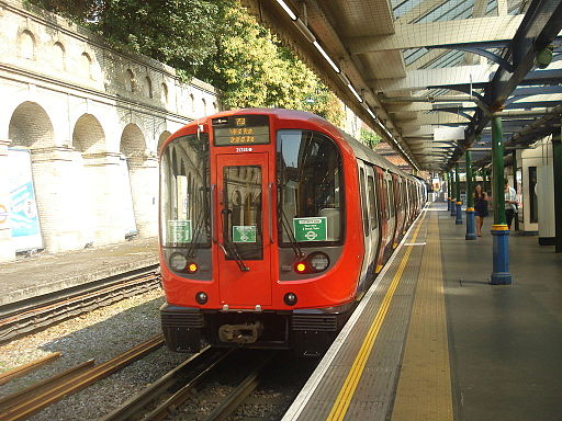 Au Morandarte Flickr S7 21318 on District Line, South Kensington (9678508589)