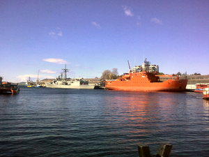 Transport in Hobart - Aurora Australis and HMAS ''Newcastle'' docked at Sullivans Cove