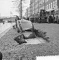 Auto zakt weg in een gat op de Kostverlorenkade, Bestanddeelnr 909-9576.jpg