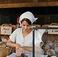 Bäckereiverkäuferin am Alexanderplatz 2016 (Roman Kraft, Unsplash).jpg