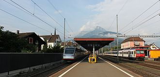 Brunnen railway station - Brunnen station looking south, with a passing ETR 470 train to the left and a calling S3 train to the right.