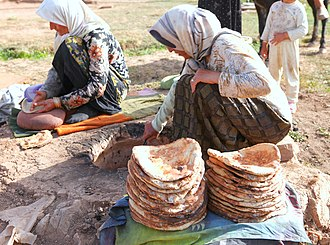 Naan - Image: Baking bread by nomad women in Lar National Park