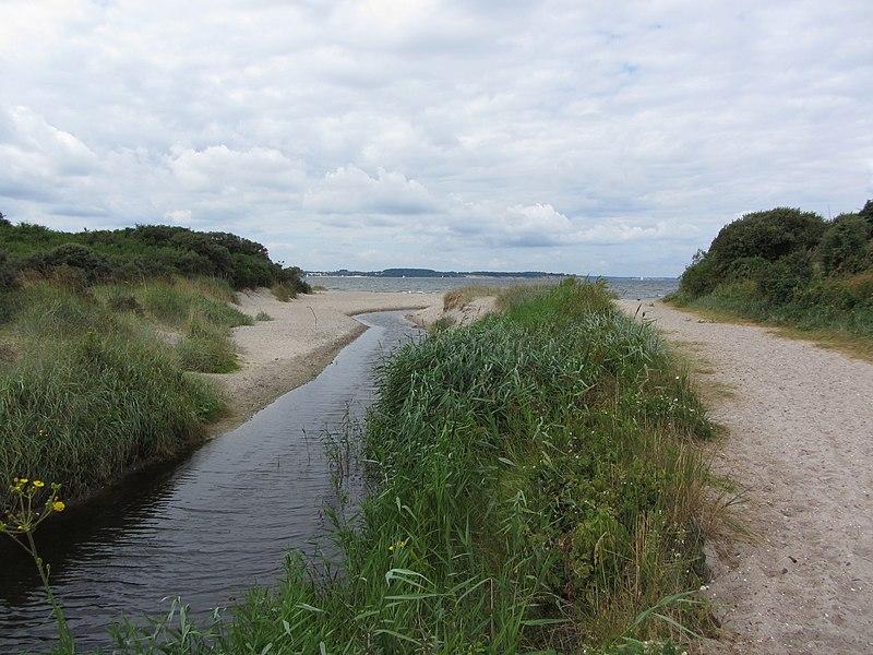File:Barendorf Harkenbäk Mündung in Ostsee 2013-07-31 3.JPG