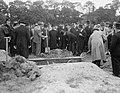 Begrafenis stewardes mejuffrouw Lowenstein (ramp Triton, Bestanddeelnr 906-7130.jpg