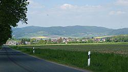 Bewirtschaftetes Feld mit Blick nach Arholzen und Holenberg.jpg