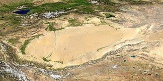 Satellitenfoto des Tarimbeckens mit der Taklamakan-Wüste; im Südwesten Ausläufer des Himalaya (NASA/MODIS/Blue Marble)