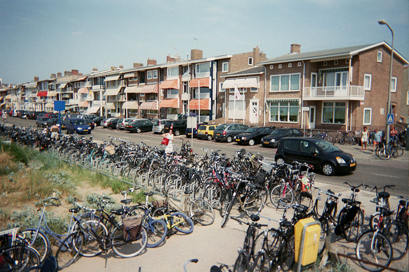 A boulevard in Katwijk (photo by Wikimedia user SieBot)