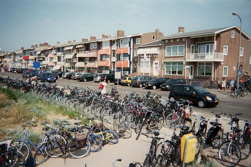 A boulevard in Katwijk (photo by Wikimedia user SieBot)
