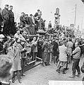 Bouwvakarbeiders demonstreren tegen ontslag van 17 arbeiders op de brugleuning , Bestanddeelnr 916-2838.jpg