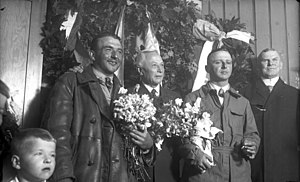Hugo Junkers - Junkers (centre) with W 33 pilots Johann Risztics (left) and Wilhelm Zimmermann (right), celebrating a world record of 65 h 25 m non-stop flight at Dessau, July 1928