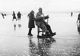 Bundesarchiv Bild 146-1971-071-47, Berlin, Eislaufen auf zugefrorenen See.jpg