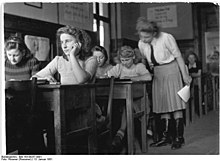 Bundesarchiv Bild 183-09257-0001, Langenweddingen, Winterfortbildung im Kulturhaus.jpg