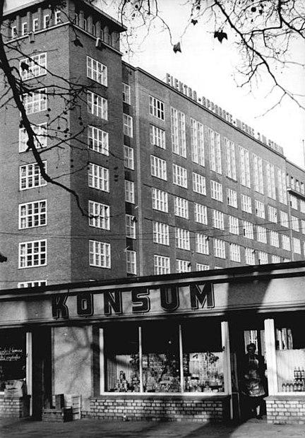 File:Bundesarchiv Bild 183-22562-0011, Berlin, Elektro-Apparate-Werke Treptow, Konsum-Betriebs-Verkaufsstelle.jpg
