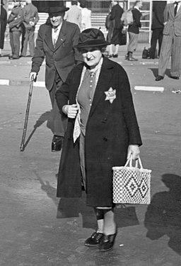 Bundesarchiv Bild 183-B04490A, Berlin, Ältere Frau mit Judenstern